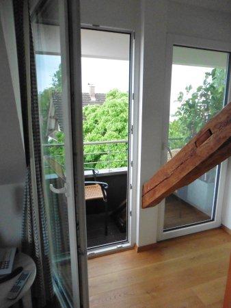 mini balkon der nicht zum sitzen einl dt kein tisch bild von hotel haus am see nonnenhorn. Black Bedroom Furniture Sets. Home Design Ideas