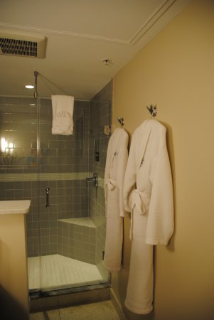 Orchid Key Inn: Large shower and comfy robes