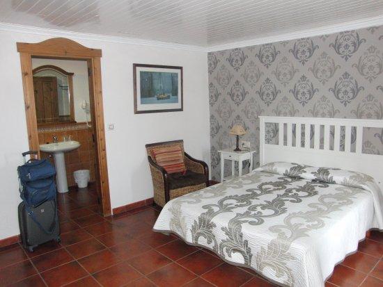 Hotel Rustico Puerto Arnela: Habitción 103, espaciosa y vista al puerto