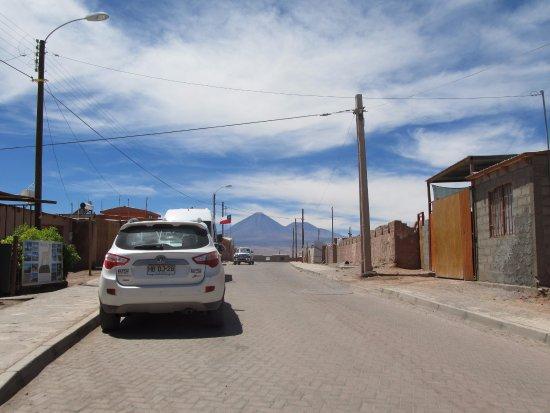 Vista que se tem do vulcão Licancabur, do meio da rua em frente ao Hostal Tuyasto