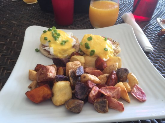 Sun Tower Hotel & Suites on the beach: Eggs Benedict!!