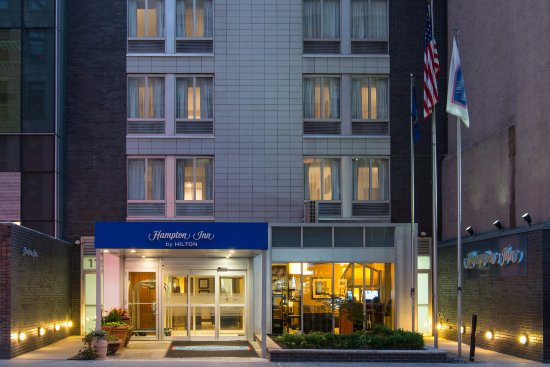 Hampton Inn Manhattan - Madison Square Garden Area: Hotel Exterior at Dusk