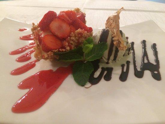 Zermeghedo, Italia: Cesta de castanhas com creme e morangos e sorvete de pistache. Deliciosa sobremesa!!!