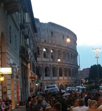 """Roma - Il """"Colosseo"""" all'imbrunire visto da """"Pizza Forum""""."""