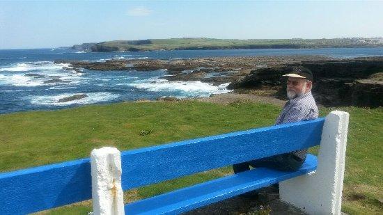 Kilkee, Irland: Auch Bänke gibt es zum Ausruhen zwischendurch