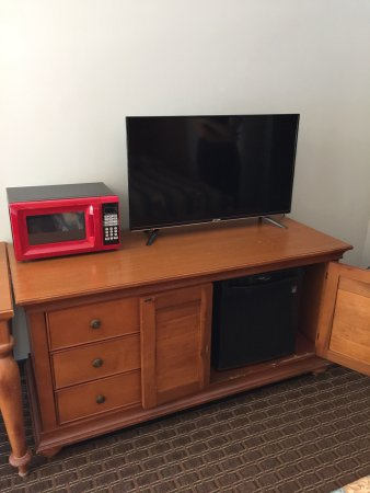 Budget Inn : They have made a lot up updates since the last time I was here. New tv, new fridge, new lamps, a