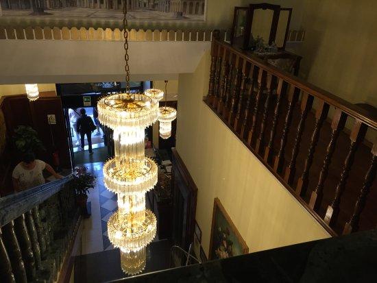Hotel Impero: Las escaleras al primer piso con una gran lámpara