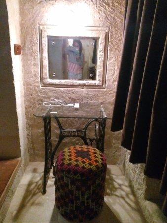 MDC Hotel: Dikiş masasından oluşan makyaj masası ve otantik pufu. :)
