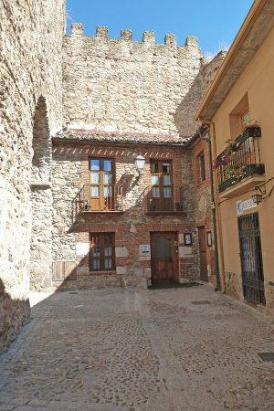 Buitrago de Lozoya, Spanien: Fachada del hotel, incrustado en la muralla.