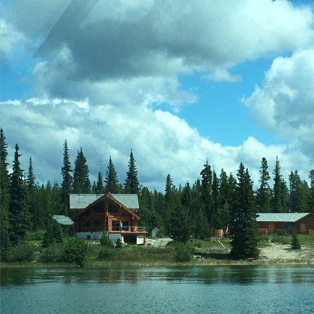 Nimpo Lake, كندا: Blick aus dem Wasserflugzeug auf das Haupthause und rechts die Hütte mit unserm Zimmer
