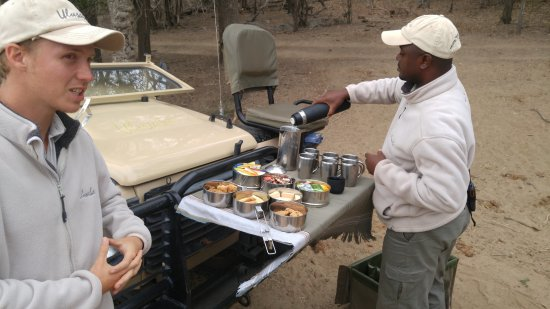 Ulusaba Private Game Reserve, Sudáfrica: a stop for beverages in the middle of the bush with our guide and tracker