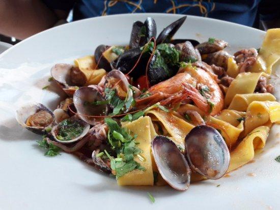 La Caravella: Большая порция пасты с разнообразными и вкусными морепродуктами. Часть мяса уже съедена)