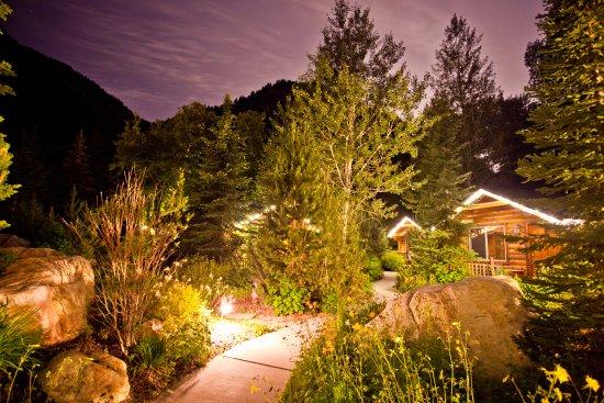 Alaskan Inn: Pathway to Cabins