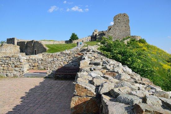 Castelo de Devín: V hradnom areáli, dole vyhliadková terasa