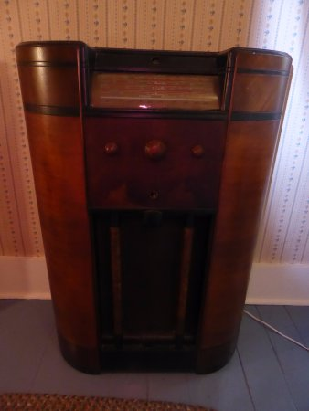 Greybeard's Bed & Breakfast : This antique radio actually works!