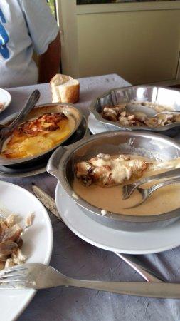 Creches-sur-Saone, Prancis: poulet sauce morilles, champignons a la crème, gratin dauphinois