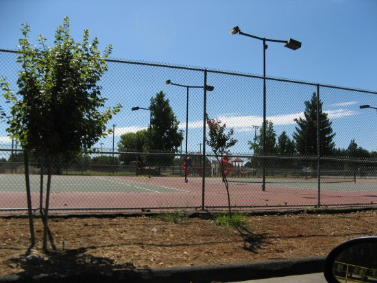 Anderson, CA: Tennis court