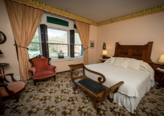 Chestertown, MD: T.W. Eliason Victorian Suite (King and twin beds in separate bedrooms)
