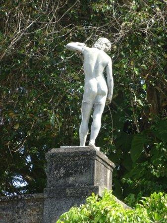 Lunuganga: statue adding peace