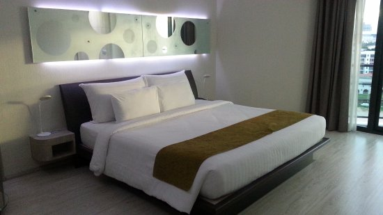 Pattaya Discovery Beach Hotel: King size bed
