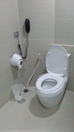 Pattaya Discovery Beach Hotel: Toilet With Bidet Spray