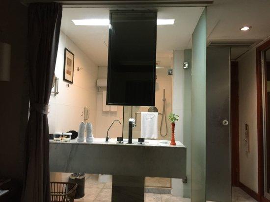 Friendship Hotel Hangzhou: ベッドからの写真です。シャワールーム、トイレが丸見えです。