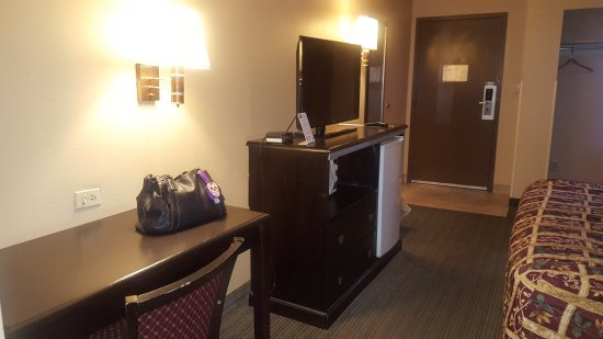 Scottish Inn Allentown: Desk, TV, mini fridge and microwave