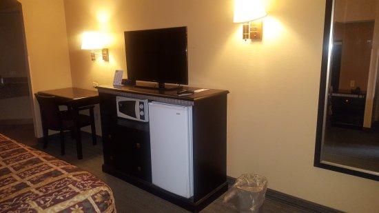 Scottish Inn Allentown: Desk, TV, mini fridge and microwave