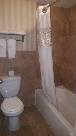 Scottish Inn Allentown: Clean, updated bathroom