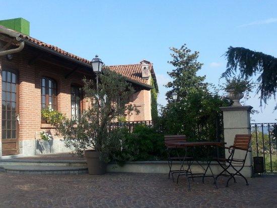 Tigliole, Italia: Tavoli nel giardino