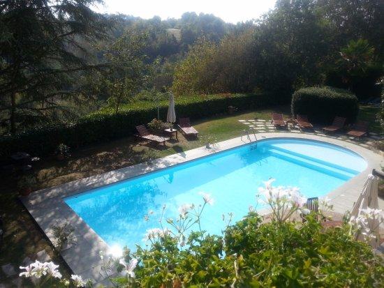 Tigliole, Italia: Giardino e piscina