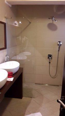 Casa Alice: Duschen ohne Glasabtrennung...schwierig, kaum Ablagefläche