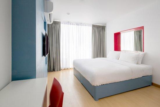 128 Bangkok: Night Life view : Single bed