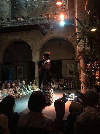 熱鬧的群舞 舞者各顯身手 - Bild från Museo del Baile Flamenco, Sevilla ...