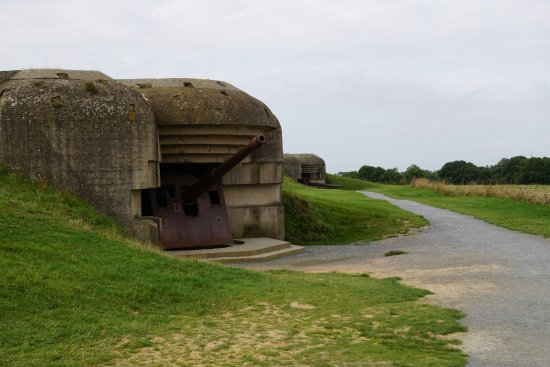 Longues-sur-Mer, ฝรั่งเศส: One of four gun bunkers - note the shell strikes on the roof