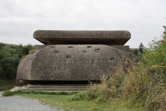 Longues-sur-Mer, ฝรั่งเศส: Fire control bunker with shell strikes on roof