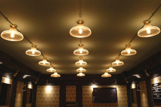 Luminaires avec trames qui parcourent tout l établissement