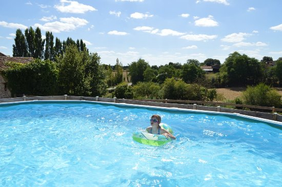 Nueil sur Layon, Francia: Great pool with a view
