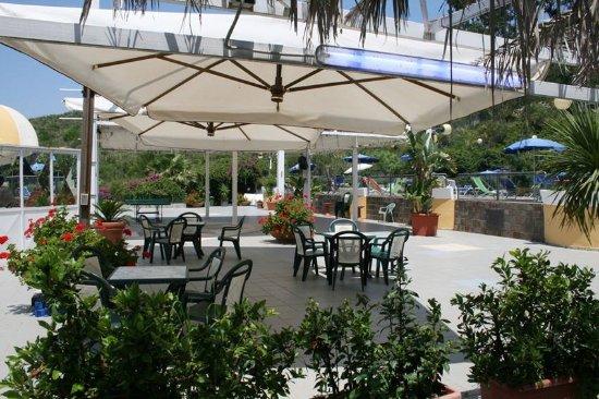 Area ristorazione/ bar a bordo piscina - Picture of Le Terrazze ...