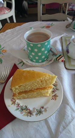 Colyton, UK: Lemon Cake and Hot Chocolate