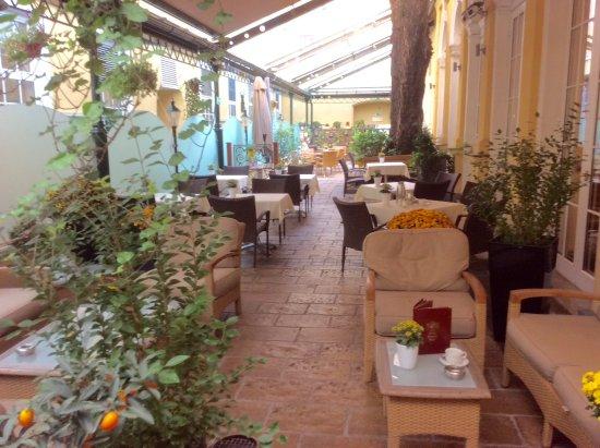 Hotel Stefanie: Courtyard Garden