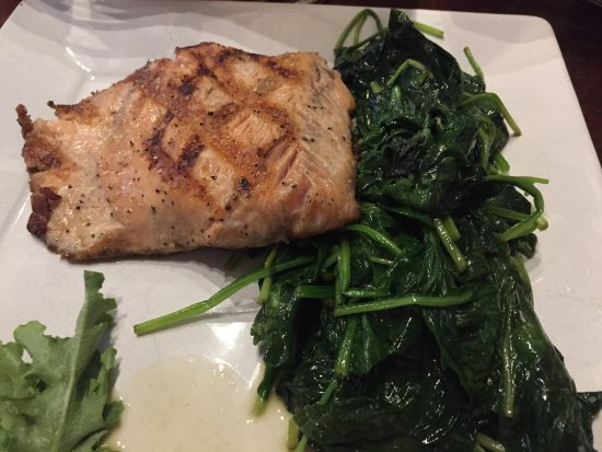 Randolph, MA: Kettle fries ROCK!!  Plain grilled salmon is great!  Chicken piccata!