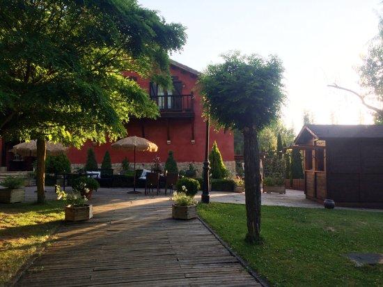 Fuentenava de Jabaga, Spania: Jardines y terraza junto a la puerta de entrada