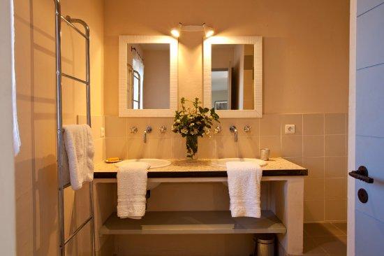 Cairanne, France: L'une des 4 salles de bain. Douche à l'italienne sur la droite