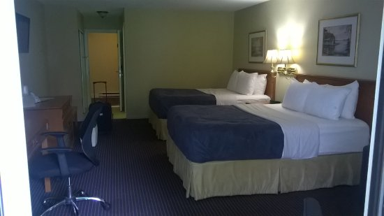 Country Squire Resort & Spa: extra pillows, cushy mattress, mini fridge, desk plus tables