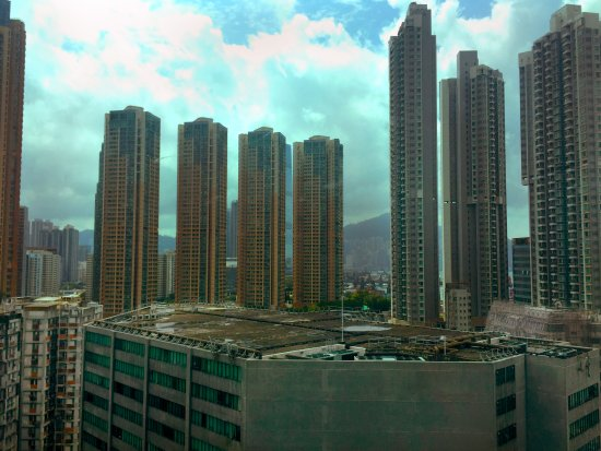 โรงแรมซิลกา เวสท์ เกาลูน: View from the Hotel. You can spot Hong Kong island in the middle between the apartment buildings