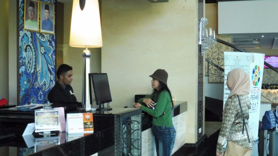 Kinta Riverfront Hotel & Suites: Guests at check in counter