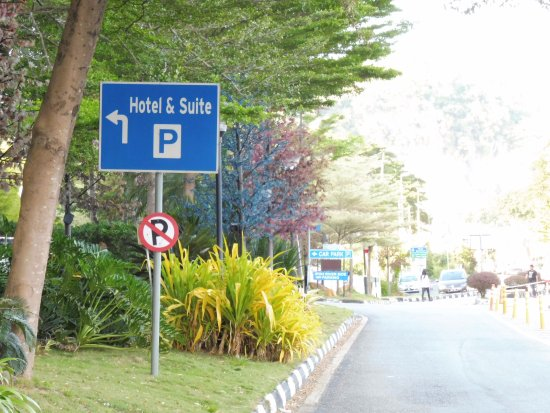 Kinta Riverfront Hotel & Suites: Road directory signage into the hotel