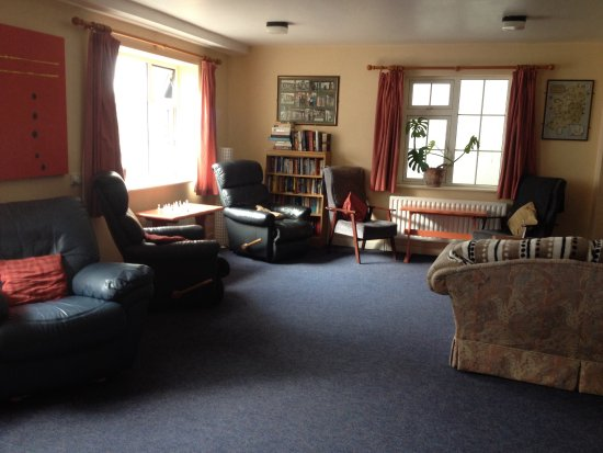Neptunes Hostel: Spacious reading & TV area. With DVD.