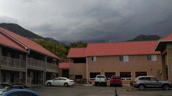 Magnuson Hotel Manitou Springs: Cool seeing Pikes Peak covered by rain clouds